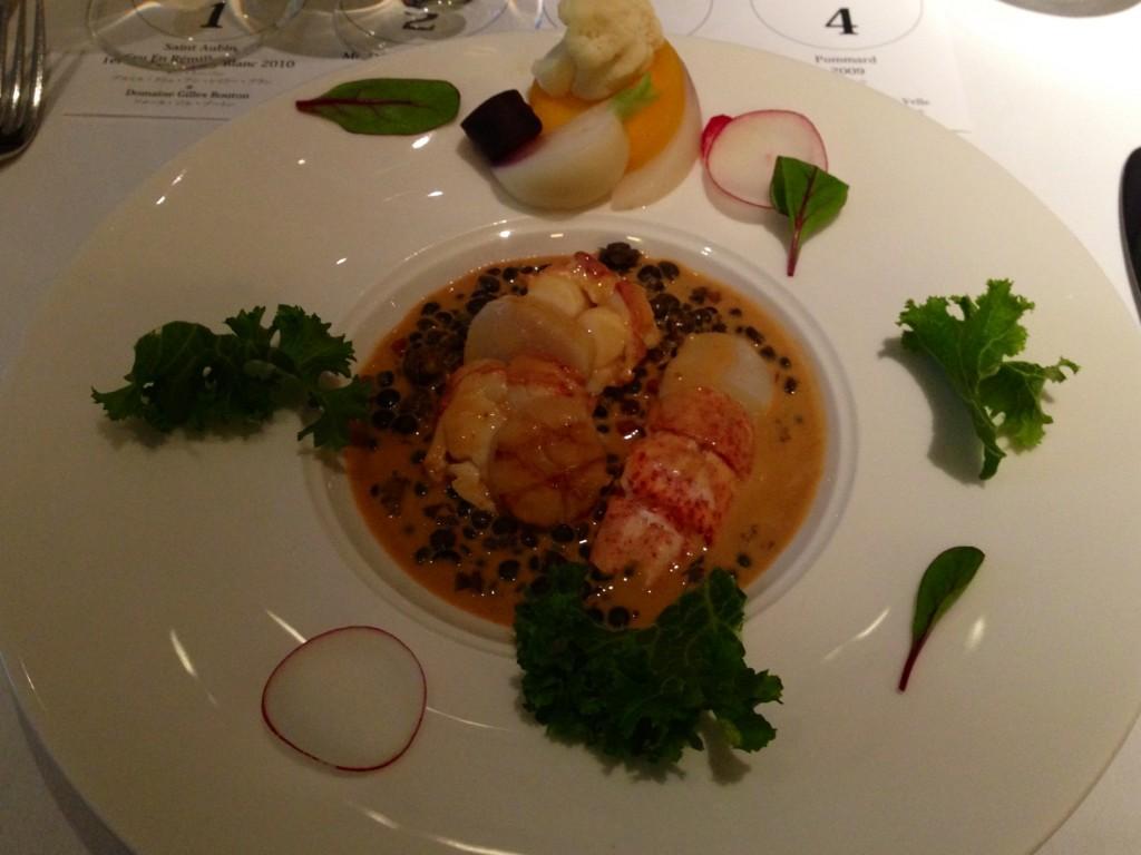 オマール海老と帆立、レンズ豆のアンサンブルにアメリケーヌソースを合わせ、旬の根菜類を添えて(J.H.V.)