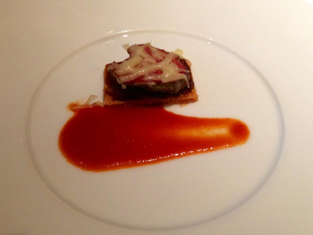 甘く炒めた玉ねぎと鶏白レバーのタルト仕立て オリエンタルな風味のフランス風トマトソースで(J.H.V.)