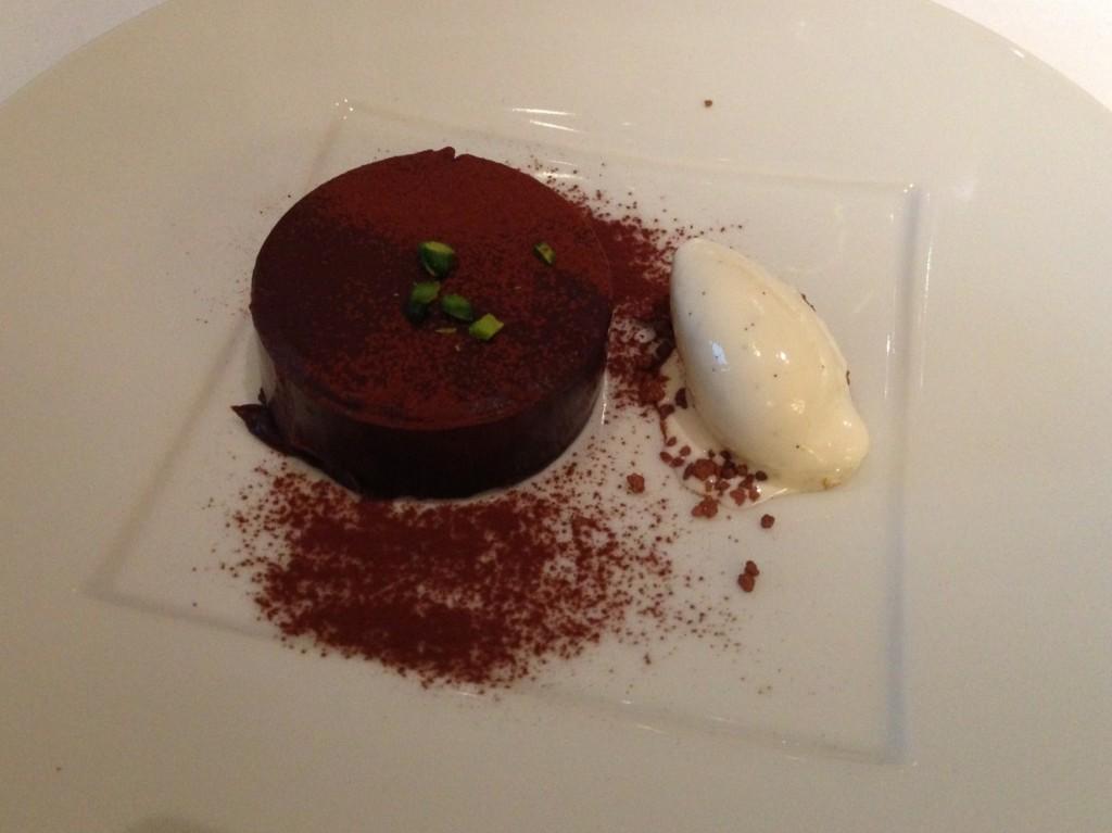 ダイレクトな味わいのやわらかいガトーショコラ バニラアイスクリーム添え(J.H.V.)