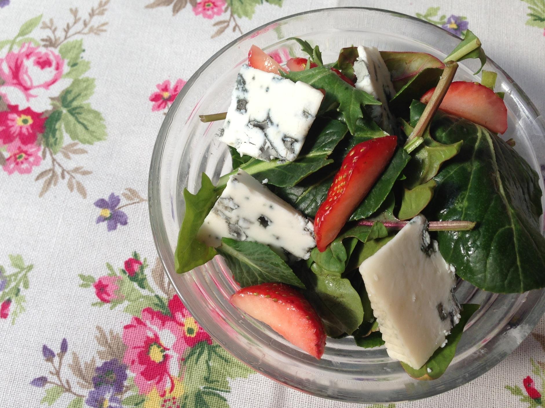 春のベビーリーフサラダ、シェーヴルといちご