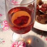 甘口ロゼワインと自家製フルブラ漬込みフルーツのコンフィチュールのカクテル