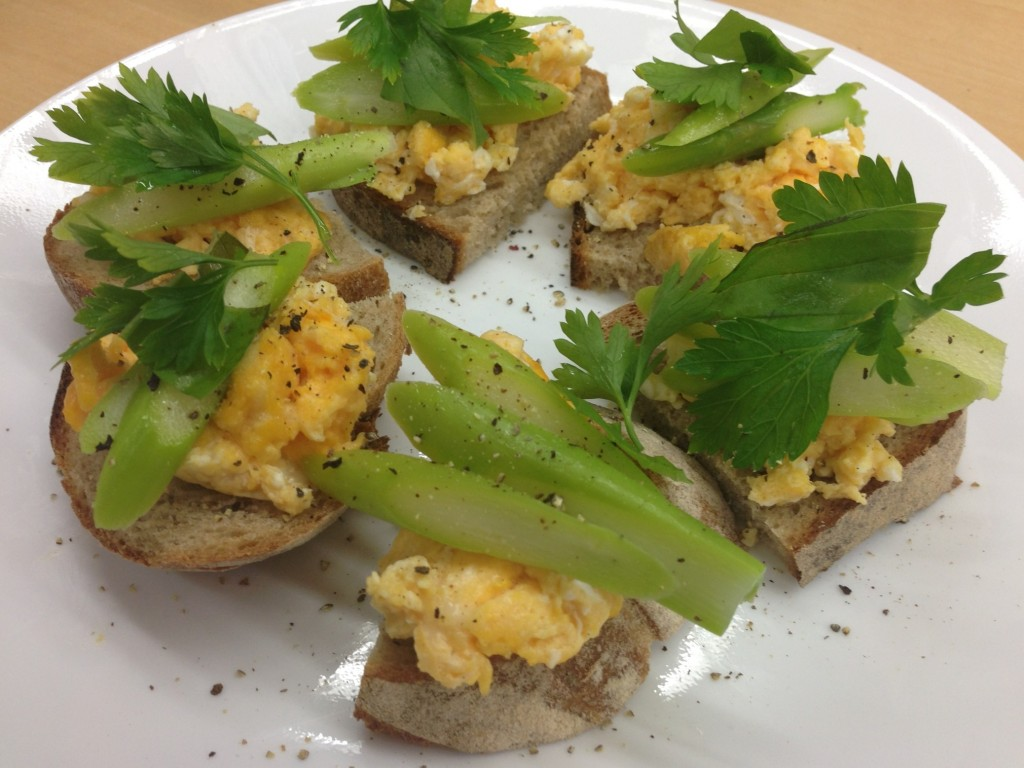 卵とアスパラのタルティーヌ