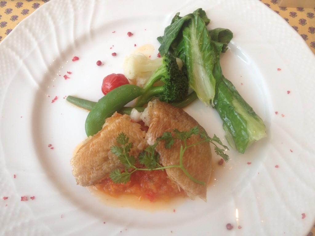 真鯛の鱗焼き トマトとパプリカのソース