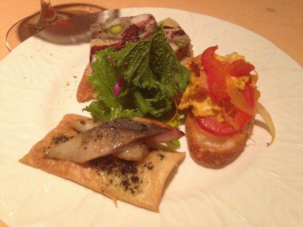 蝦夷鹿とフォアグラのパテ、ピペラードのブルスケッタ、軽いスモーク秋刀魚のタルトフランベ