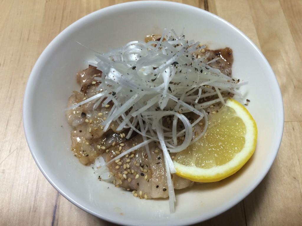 ネギ塩ジャン豚カルビ丼