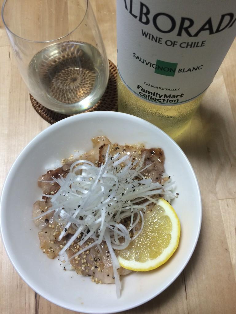 ネギ塩ジャン豚カルビ丼×チリのソーヴィニヨン・ブラン