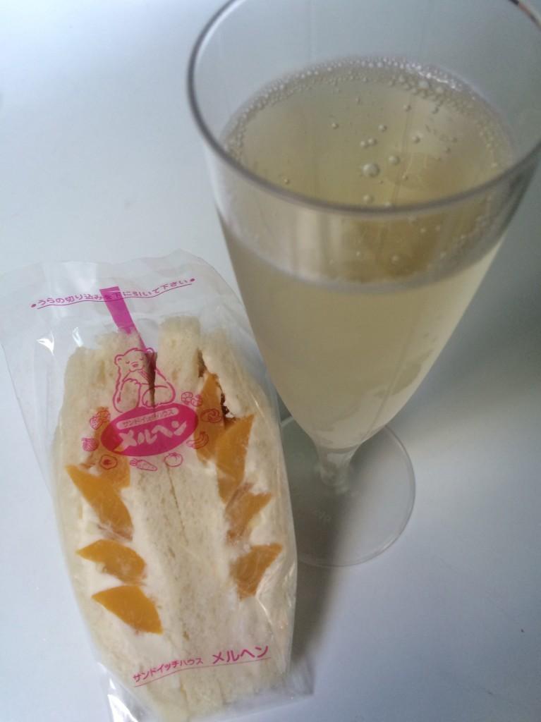 山形産ももとレモンクリームのサンドイッチ×フランスの泡