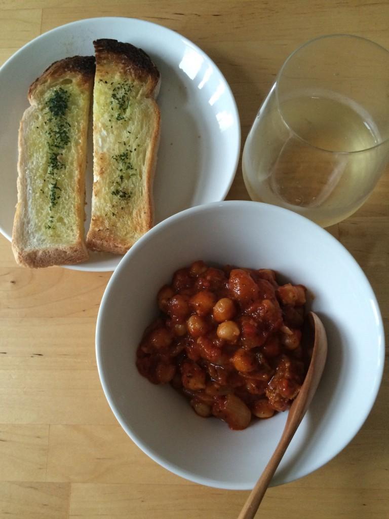 自家製パンチェッタとひよこ豆のトマト煮、スティックトースト×イタリアの白