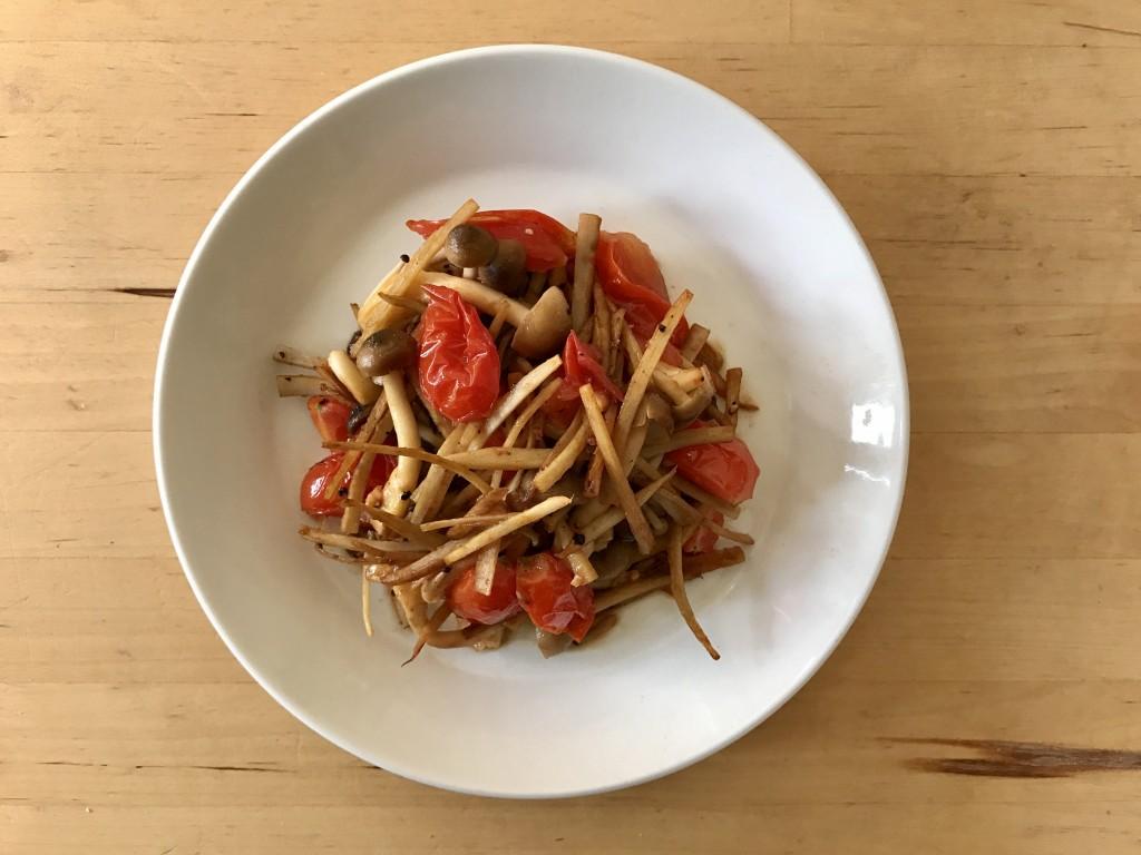 ごぼうとしめじ、トマトの和風ペペロンチーノ