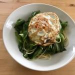 【レシピブログ】レタスのペペロンチーノ 目玉焼きのっけ  × 山梨の白ワイン
