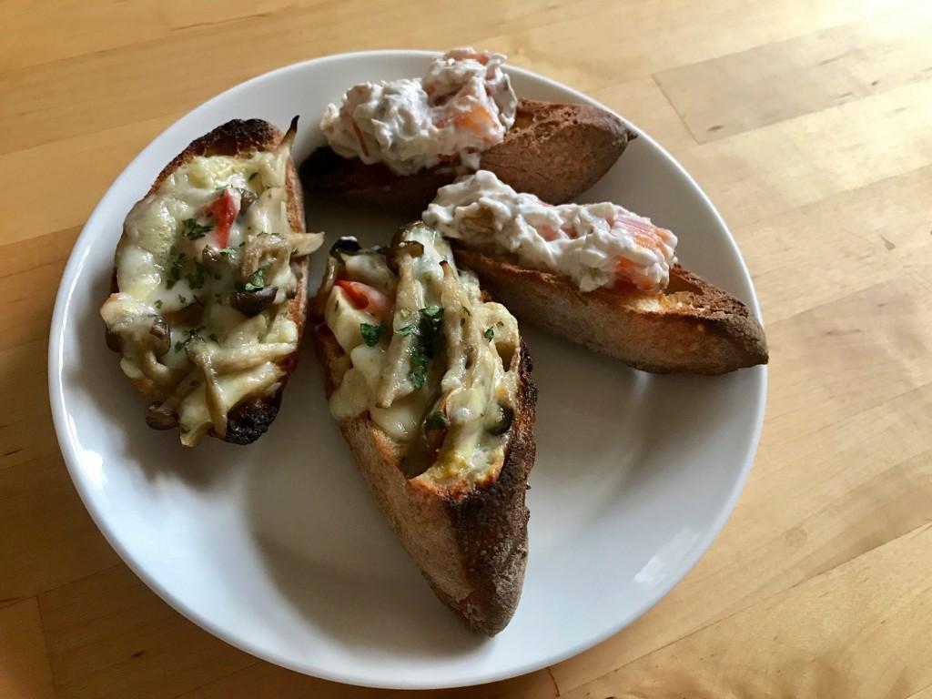 三種のきのことパプリカのタルティーヌ&柿とくるみとクリームチーズのタルティーヌ