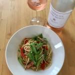 【レシピブログ】パプリカ、ベーコン、水菜のスパゲティ× 山梨のロゼ